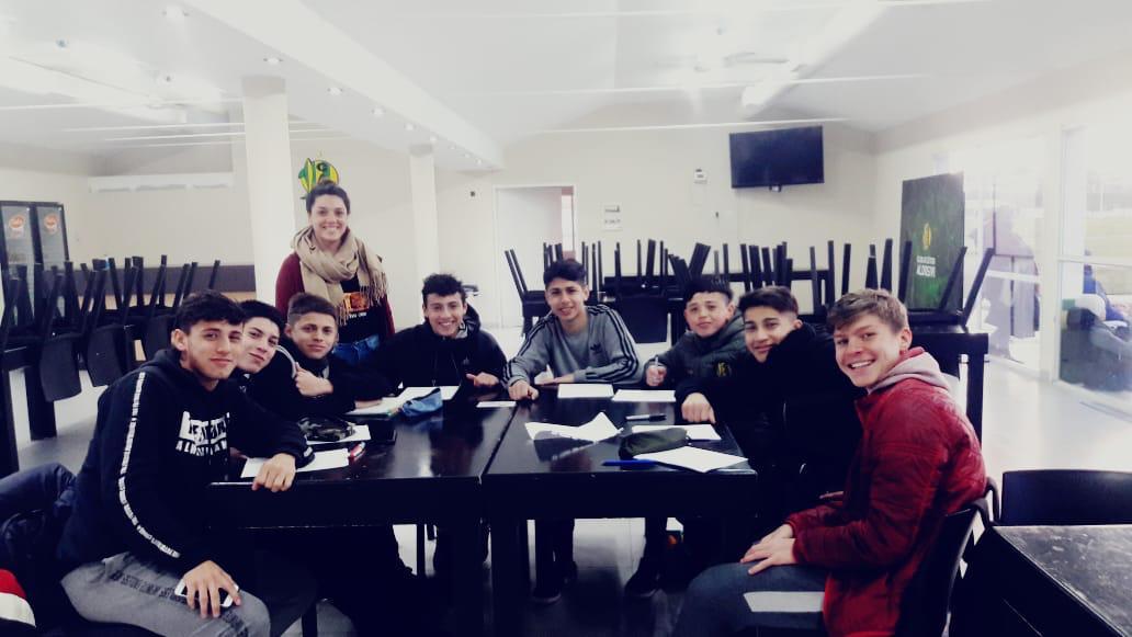 Los chicos de la pensión aprenden inglés y ajedrez