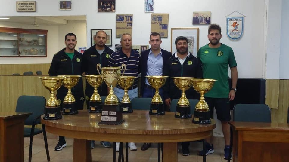 El club recibió los trofeos ganados en el torneo Néstor Elizalde